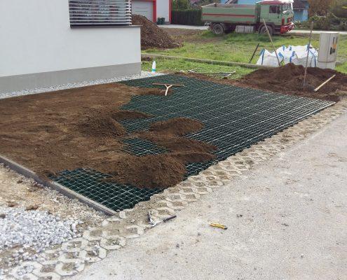 MOntaža rastrskih plošč za parkirišče in polnitev z zemljo za kasnejšo rast trave