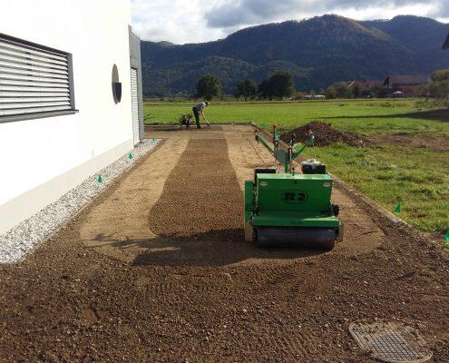 Strojna setev trave na predpripravljenem in splaniranem terenu
