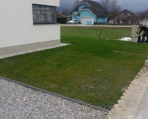 Parkirišče z položenim rastrom in lepo travo