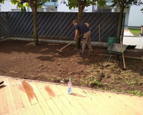 Priprava terena za polaganje trave v atriju