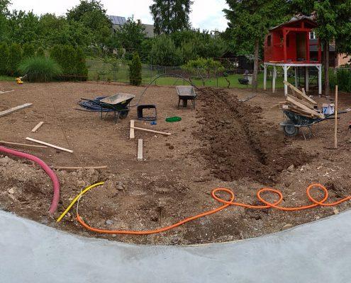 Kopanje jarkov za postavitev namakalnega sistema