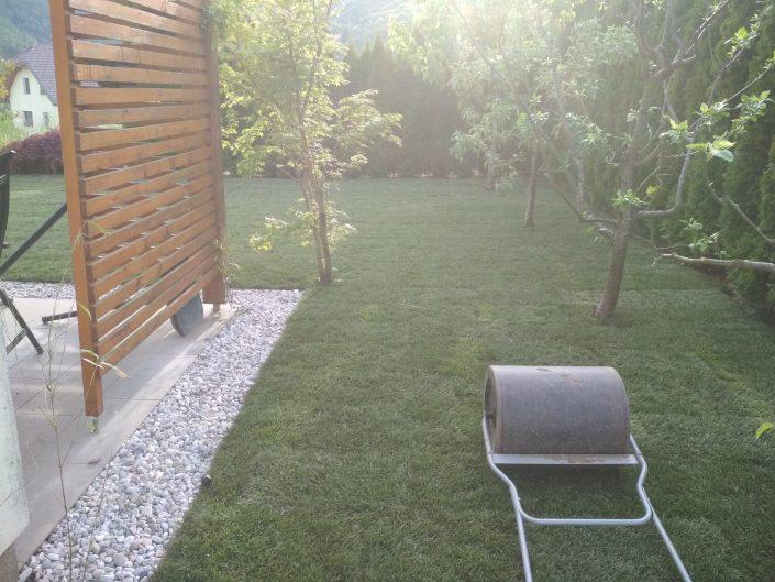 Lep nov vrt z okrasnim kamenjem
